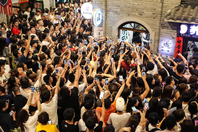 Banda rodeada de fãs