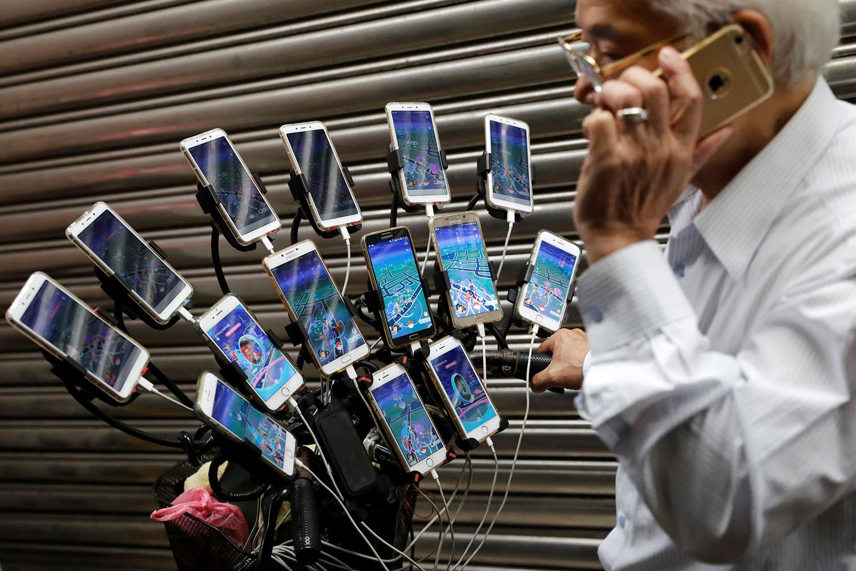 Idoso com muitos celulares