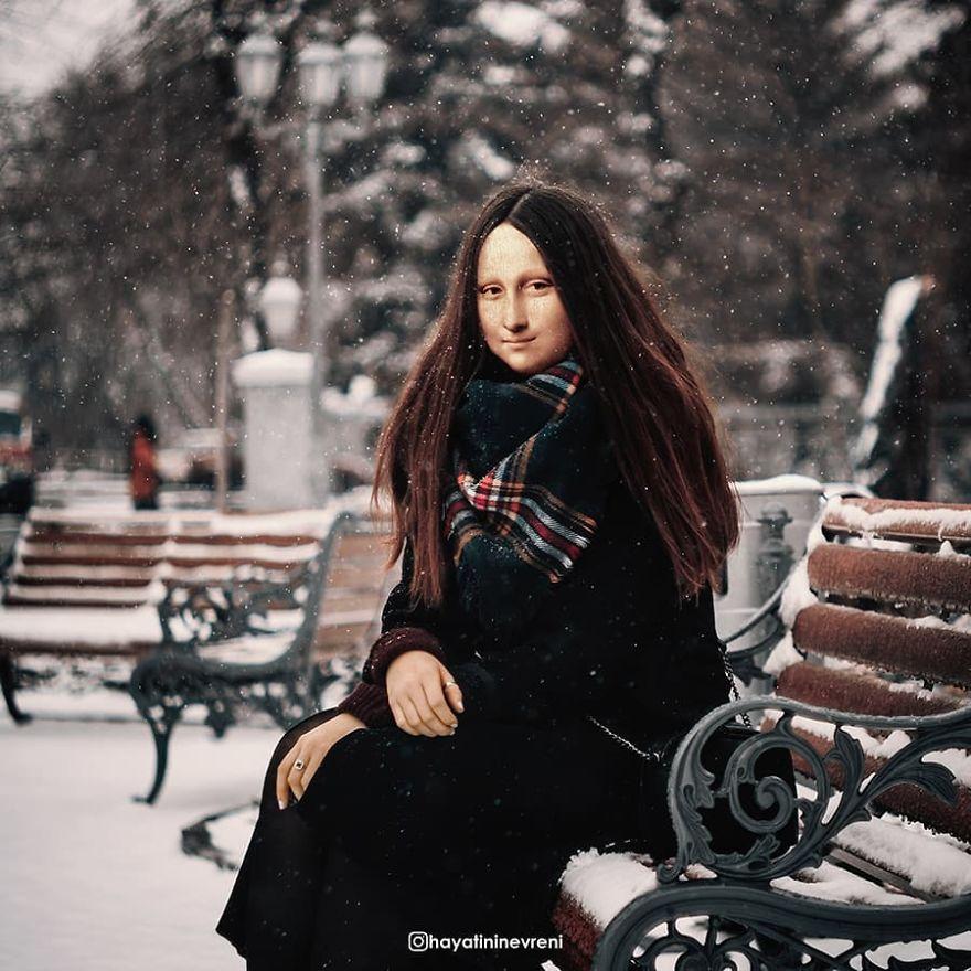 Mulher sentada em banco