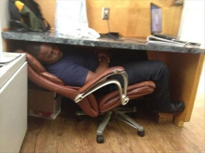 Dormindo debaixo da mesa