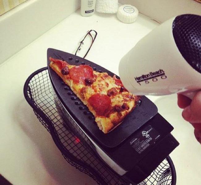 Esquentando fatia de pizza