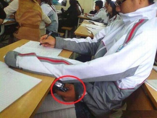 Estudante colando em prova