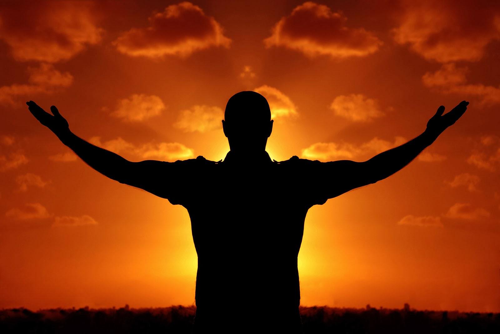Homem adorando a Deus