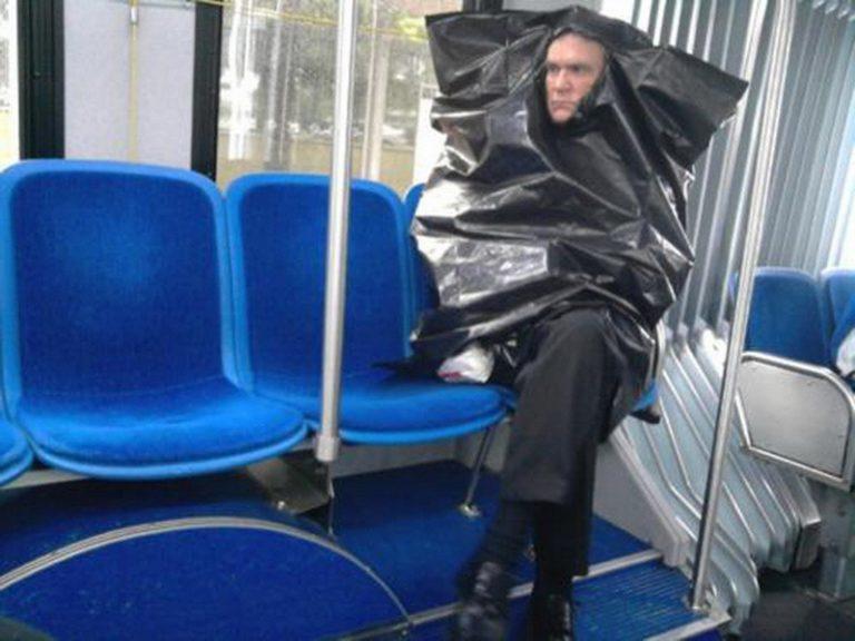 Homem vestido com saco de lixo