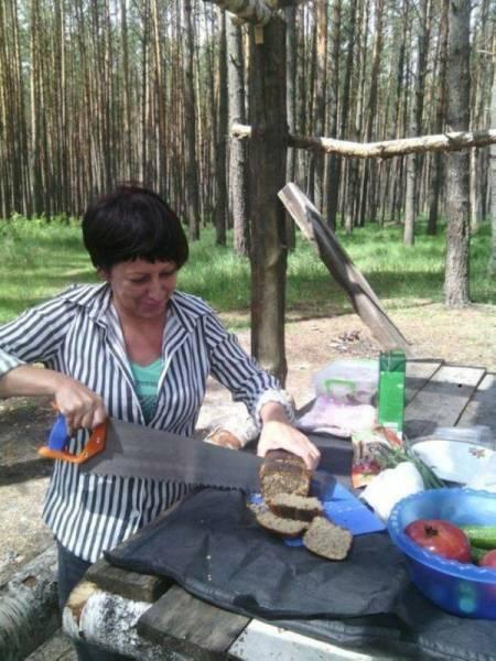 Mulher cortando pão com serra