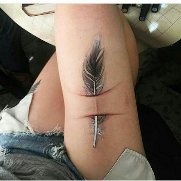 Pena tatuada na coxa