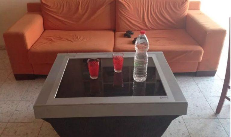TV velha convertida em mesa
