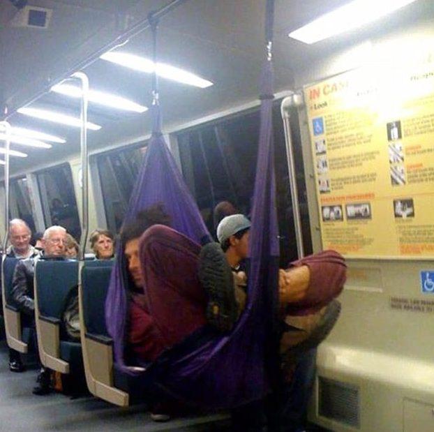 Folgado no metrô