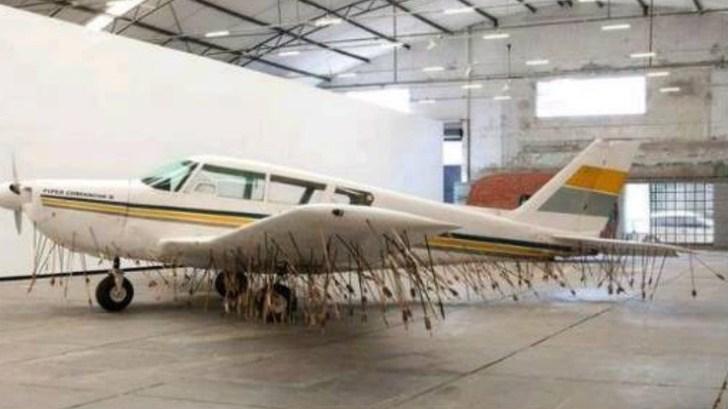 Avião cheio de flechas