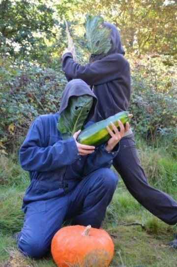 Homens  empunhando vegetais