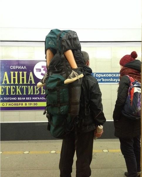Pernas saindo de mochila