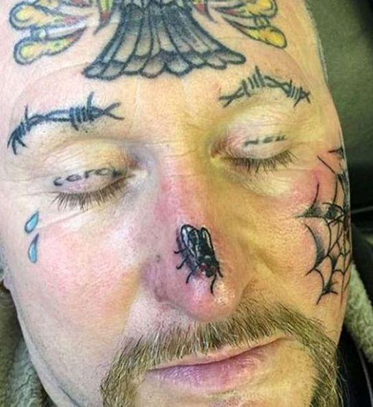 Rosto tatuado