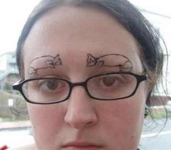 Sobrancelha tatuada