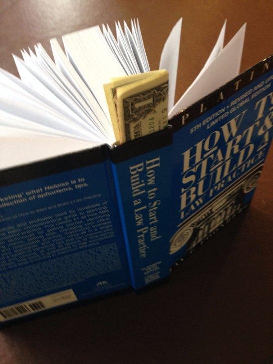 Dinheiro escondido em livro