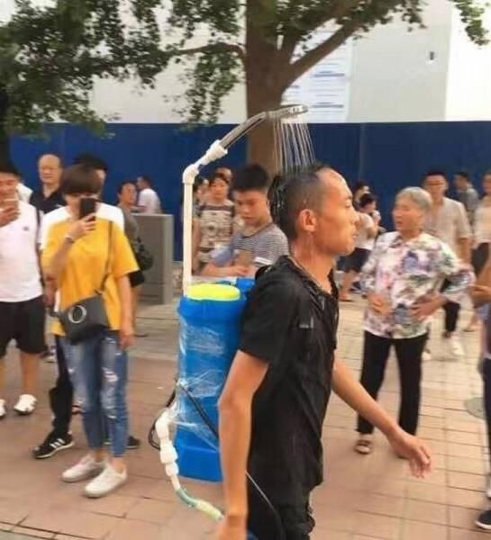 Homem andando com chuveirinho