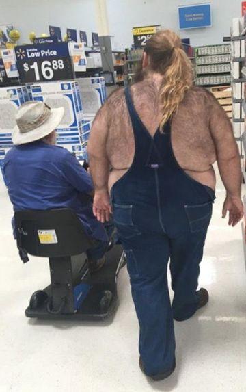 Homem com sobrepeso e peludo