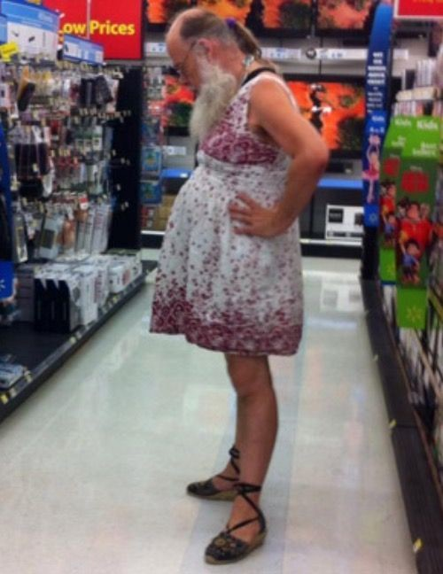 Homem com vestido e sandálias