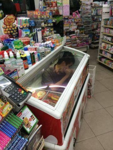 Homem em freezer
