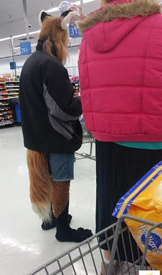 Homem vestido de raposa