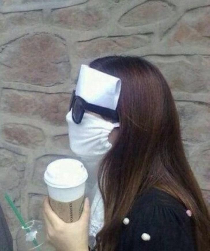 Mulher com máscara no rosto