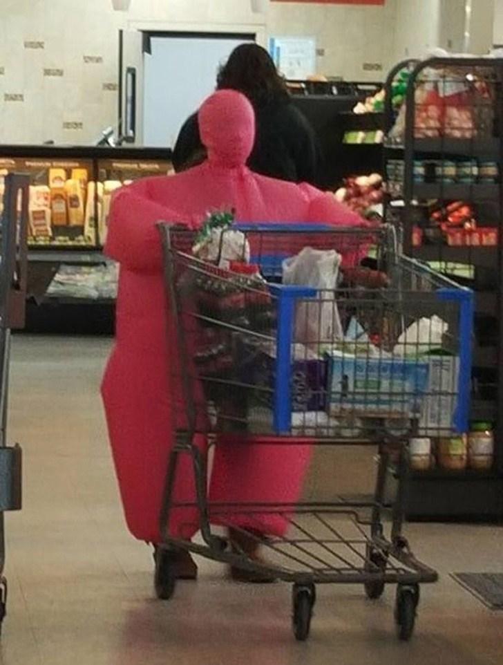 Pessoa toda vestida de rosa