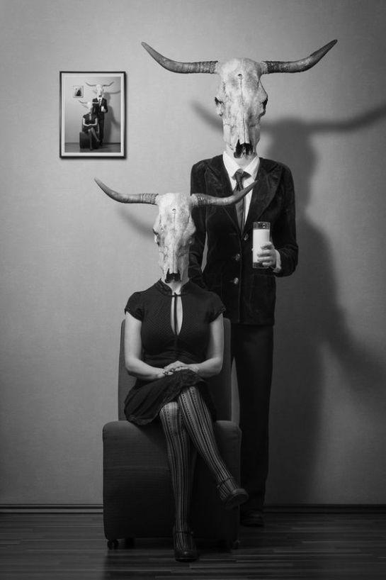 Casal com cabeças de vaca