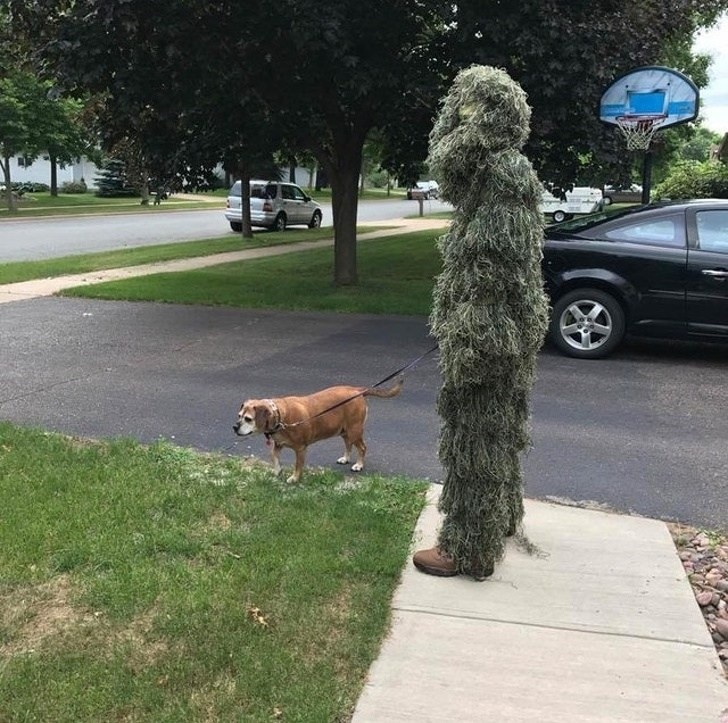 Homem camuflado com cão