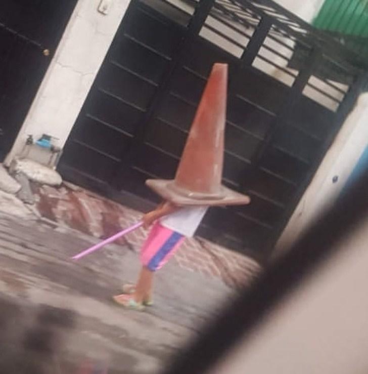 Pessoa com cone na cabeça