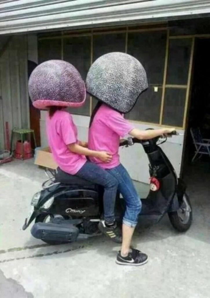 Pessoas com capacetes gigantes