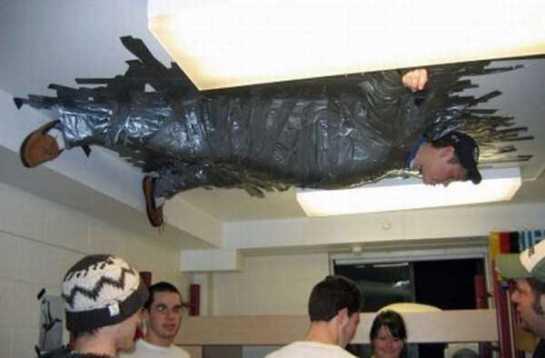 Rapaz colado no teto