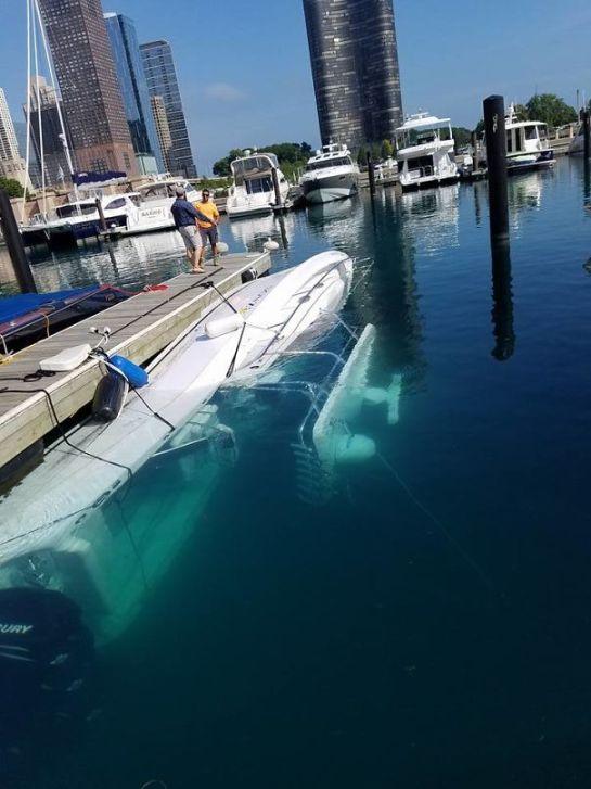 Barco tombado em píer