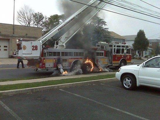 Caminhão de bombeiros em chama