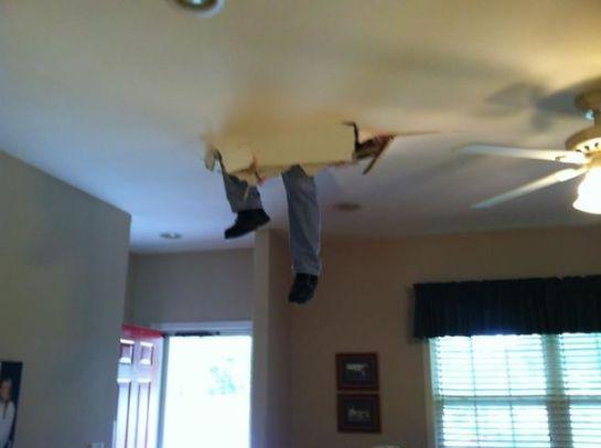 Homem caindo do teto