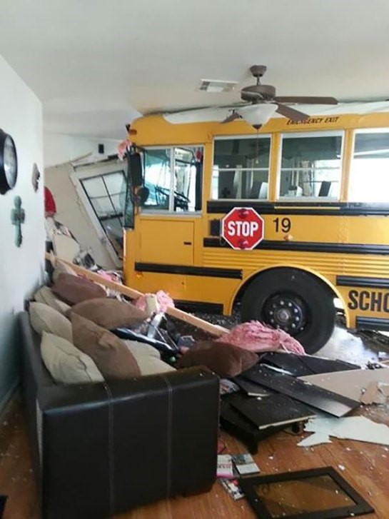 Ônibus em sala de casa