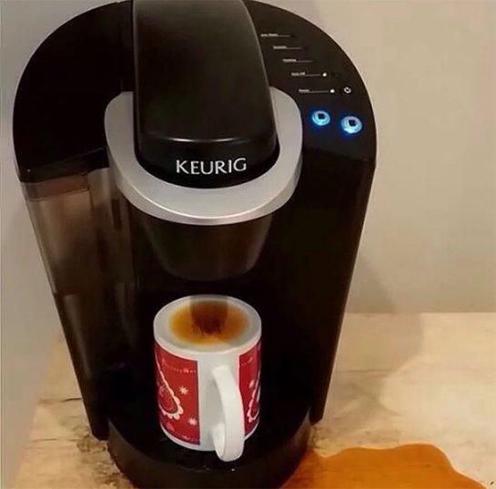 Pessoa distraída pegando café