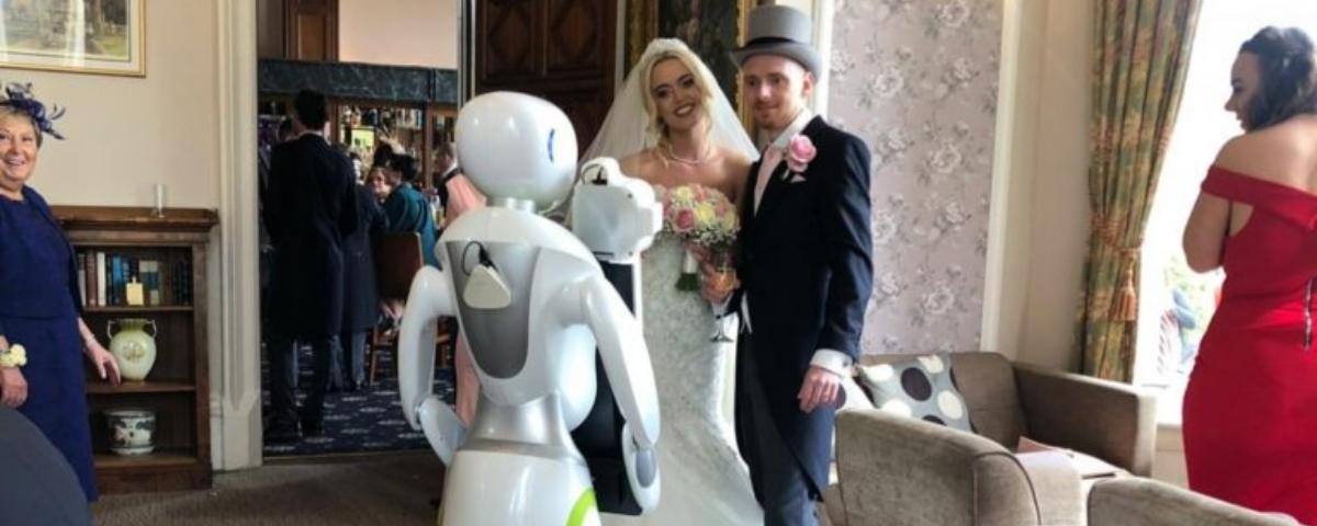Eva, o robô humanoide, atua como fotógrafa em casamento pela primeira vez
