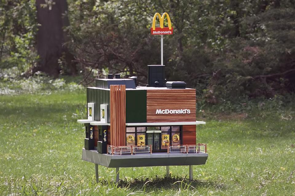 O menor McDonald's do mundo foi aberto apenas para abelhas