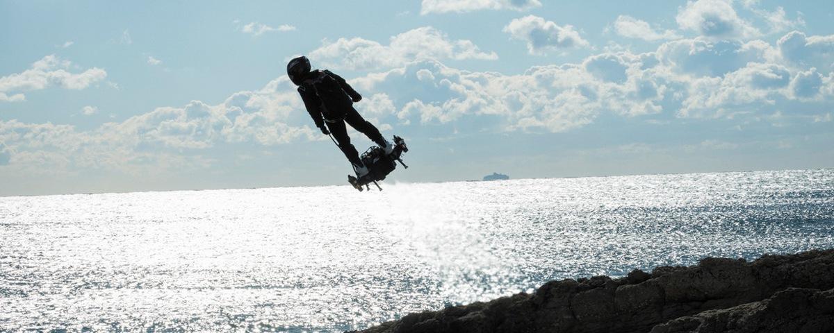 Imagem de: Hoverboard militar estilo Duende Verde sobrevoa Paris