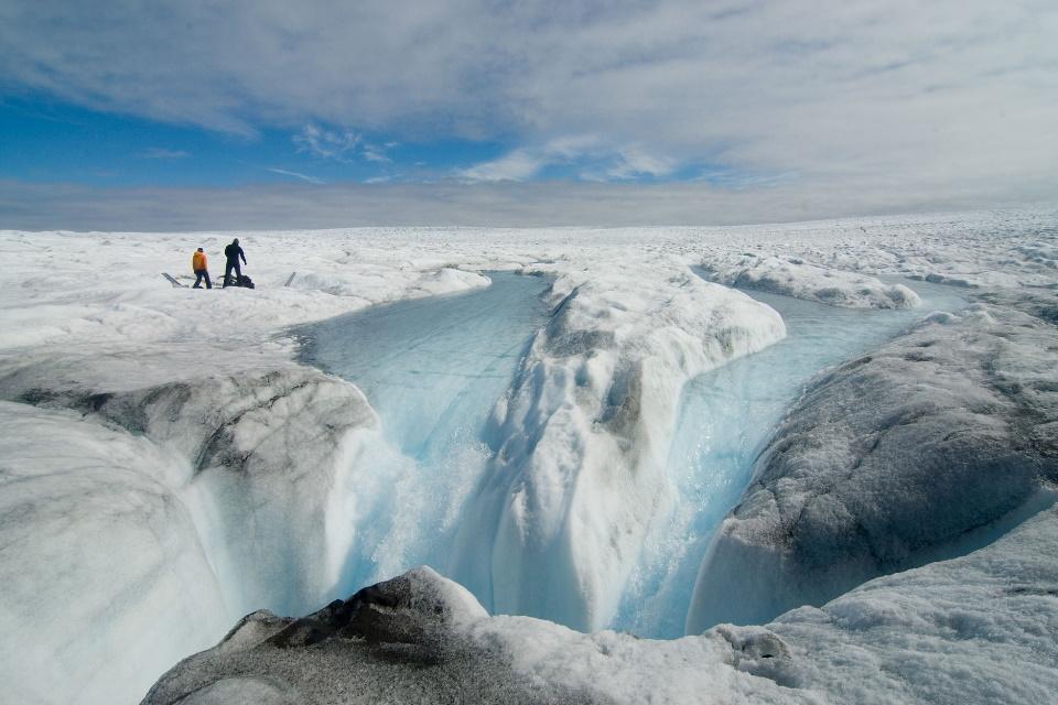 Aquecimento global transforma geleiras em cachoeiras na Groenlândia