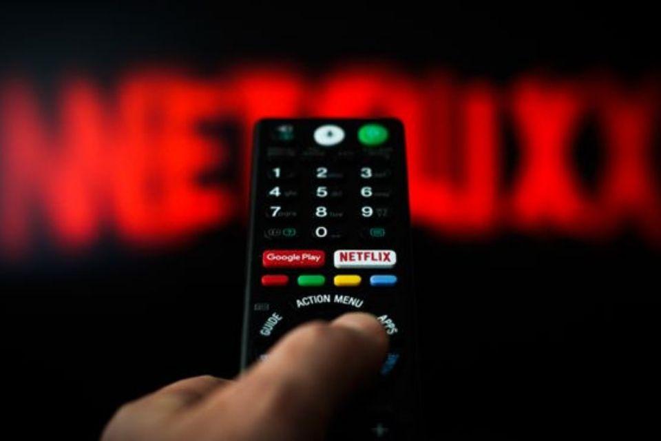 Netflix é acusada de causar impacto negativo nas pessoas e no meio ambiente
