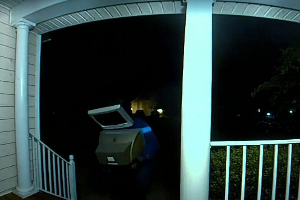Alguém vestido de TV deixou TVs antigas na porta de 50 casas nos EUA