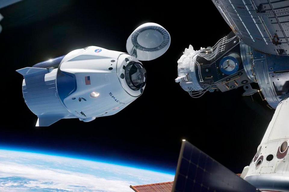 Veja astronautas instalando adaptador para naves da SpaceX na EEI [vídeo]