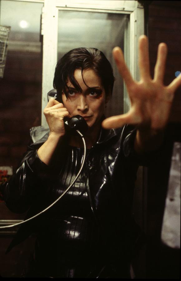 Carrie-Anne Moss em Matrix - 1999 (Fonte: IMDb/Reprodução)