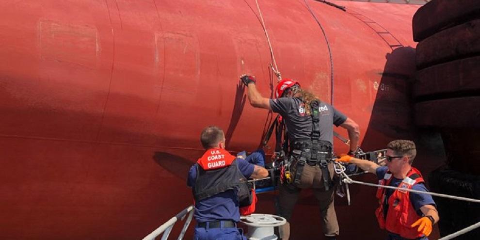 Guarda Costeira fazendo o resgate da tripulação