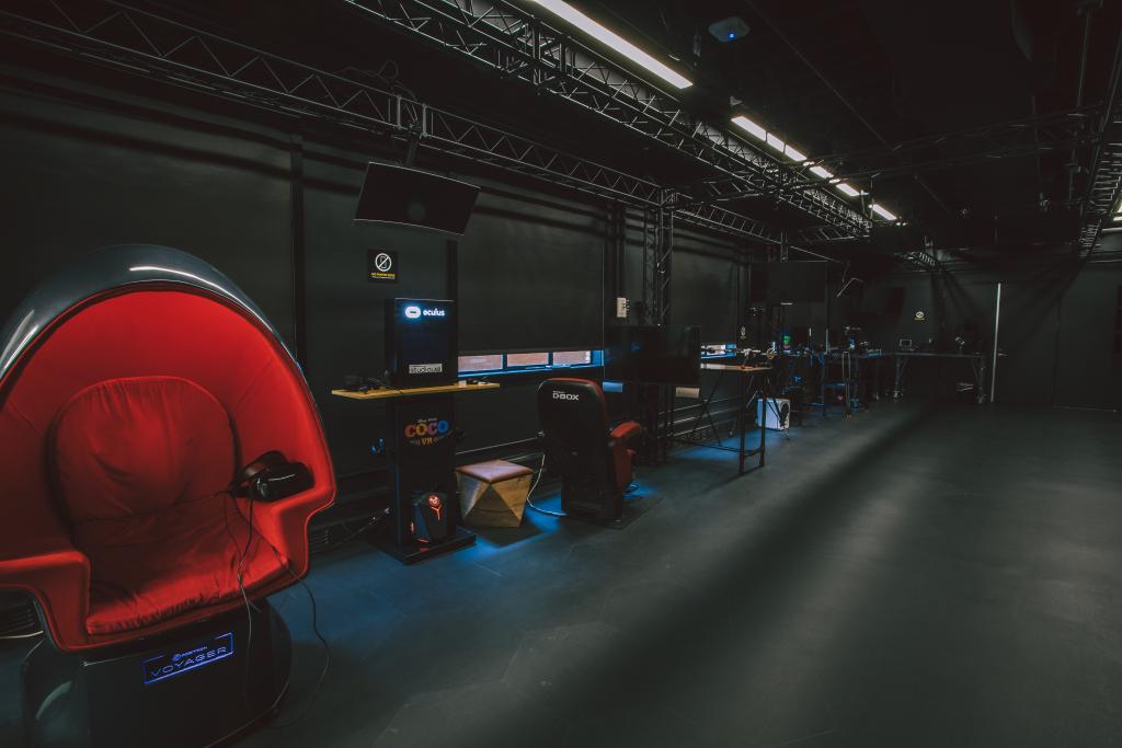Motion chair e estações de VR do StudioLab. (Fonte: Disney/Divulgação)