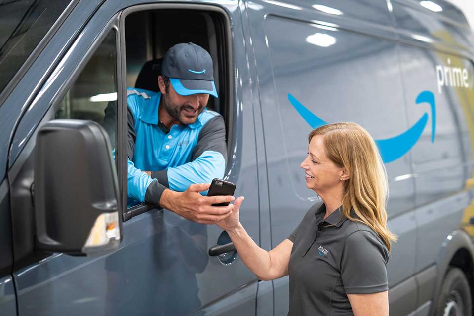 Amazon encomenda 100 mil vans elétricas da Rivian para entregas