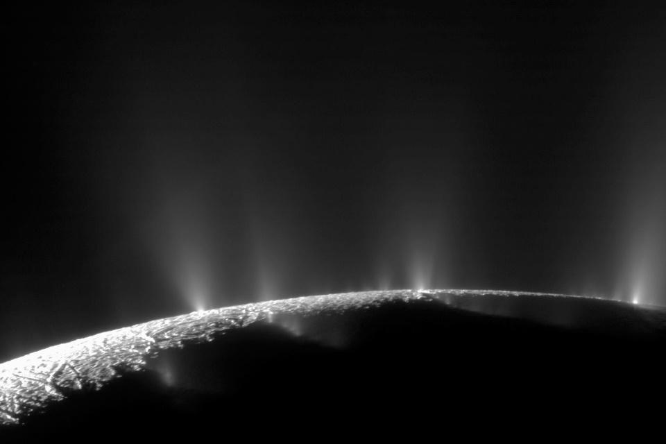 """Encélado dispara """"canhões de neve"""" contra outras luas de Saturno"""
