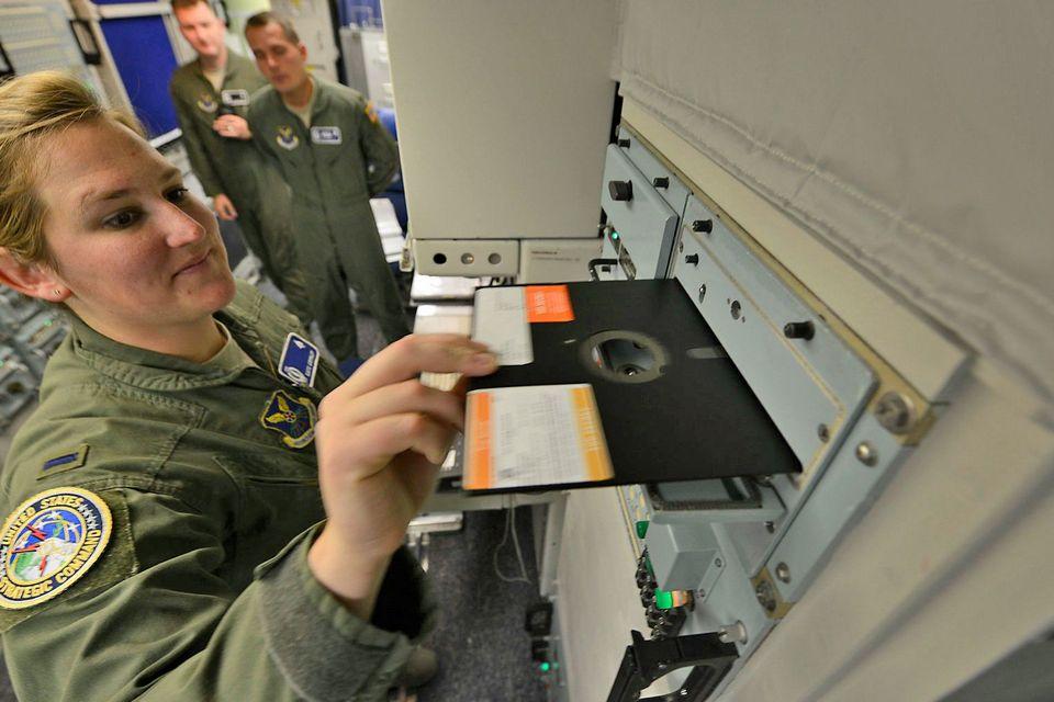 EUA não precisam mais de disquetes para lançar bombas atômicas