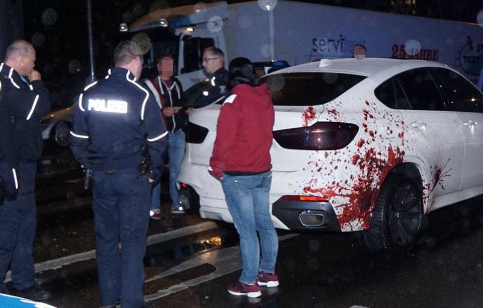 carro com adesivo de sangue