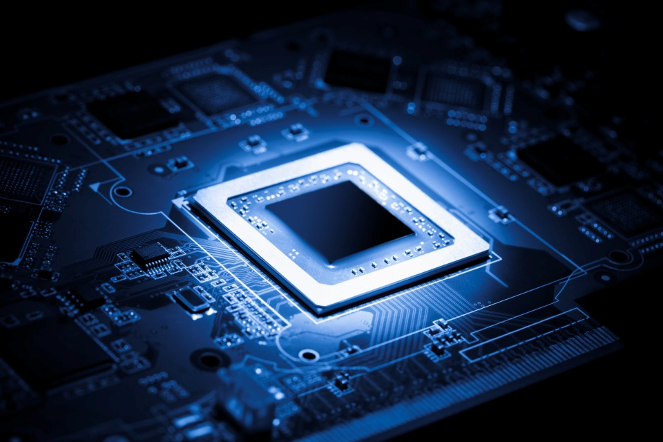 Novos chips da ARM trarão IA avançada para celulares intermediários